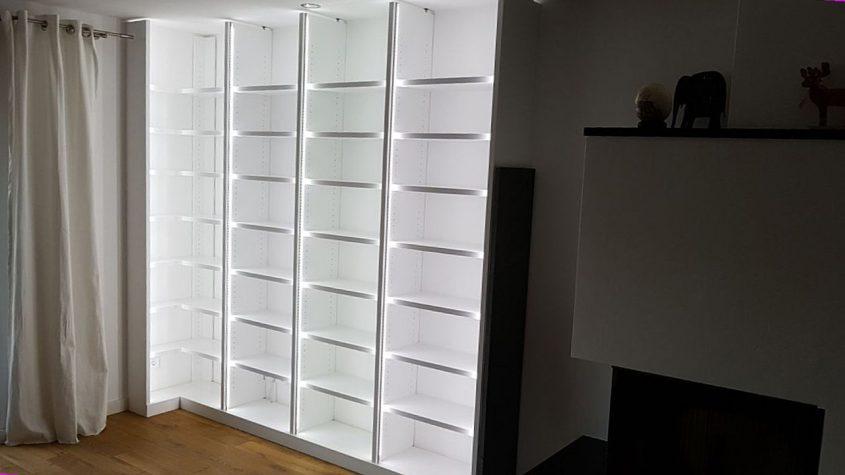 Bibliothek kalt-weiß beleuchtet