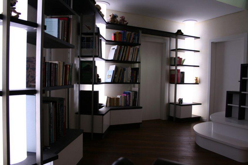 Bibliothek mit Leuchtsäulen