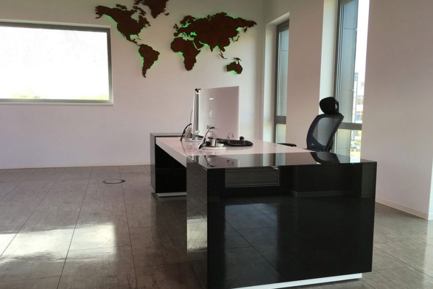 Geschäftsführerbüro Schreibtisch und Weltkarte