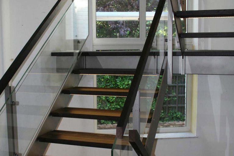 Design Treppe mit Glaswangen