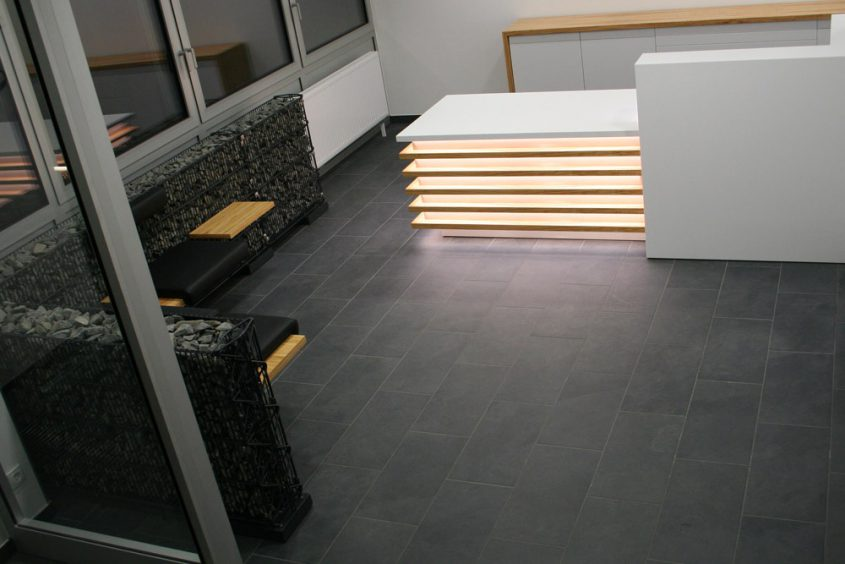 Empfangsbereich mit Tresen und Sitzbänken