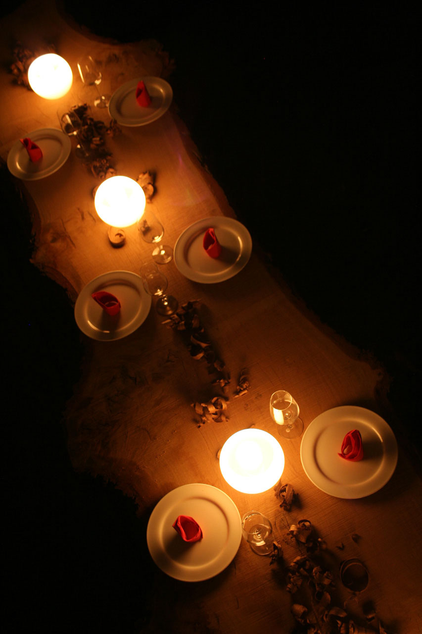 Festliche Tafel eingedeckt auf einer Roseneichenbohle