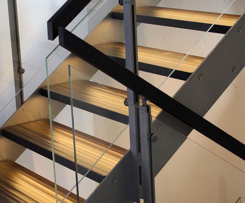 Treppendetail einer modernen Designtreppe aus Glas und Holz